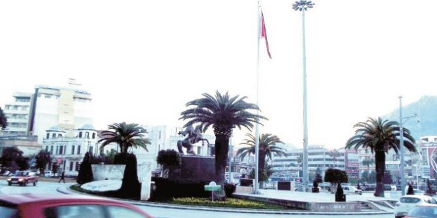 Konu Aydınlatma Direği değil! Konumuz, Atatürk Anıtı!