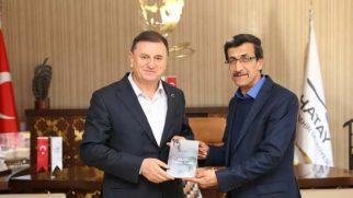 Şairler Derneği Başkanı Ali Parlak jesti: