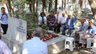 Mezarı başında 33.yıl çiçekleri