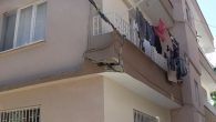 İş makinası balkonu parçaladı