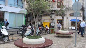 Çarşı merkezine saksılı bank