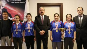 Şampiyon Kızlar Ziyareti M.Eğitim Müdürüne