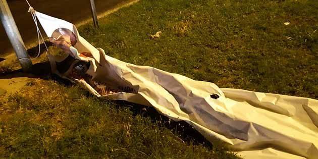 Kırıkhan'da CHP pankartı parçalanıp indirildi