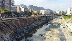 Nehir yatağında çöp de var…