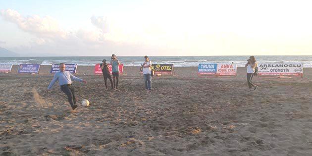 Plajda futbol maçı