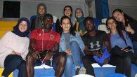 Yabancılarla birlikte maç izlediler