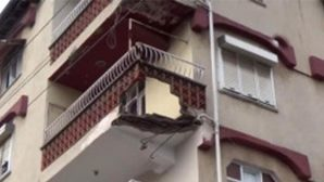 Antakya'da apartman  balkonu çöktü