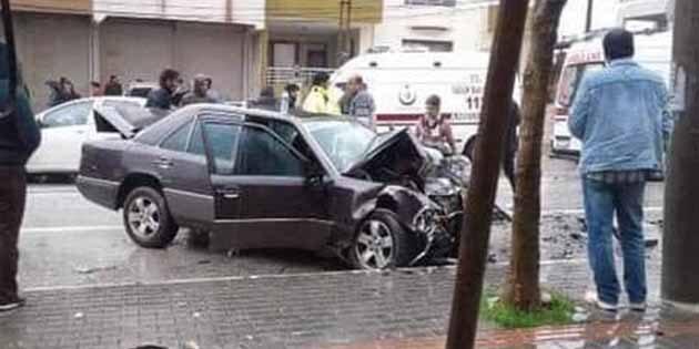 Samandağ'da 2 otomobil  yüz yüze çarpıştı