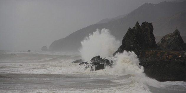 Deniz dalgaları 15-20 m'ye çıktı