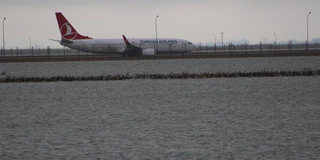 Havalimanı Yolu Sulara Gömüldü