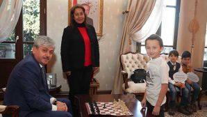 Vali, makamda  satranç oynadı…