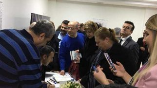 Babüroğlu kitaplarını imzaladı