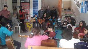 Her öğrencinin elinde gitar…