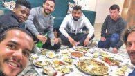Türk-yabancı futbolcular yer sofrasında