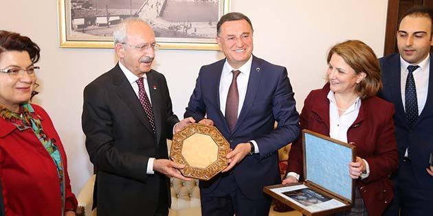 """Kılıçdaroğlu'na """"Hatay'ın Hoşgörü-Barış Kenti"""" Simgesi"""