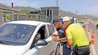 Trafik ekiplerinden sürücülere  kolonya şeker ikramı
