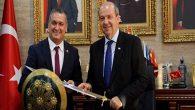 KKTC Başbakanına kılıç hediyesi