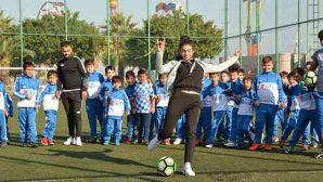 Futbol okulunda bayan antrenör