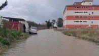 Yağışla Yol Göllendi,  Okul Kapatıldı