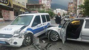 Otomobil İle Polis Aracı Çarpıştı