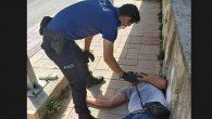 Yerde Yatan  Vatandaşa  Polis Yardımı
