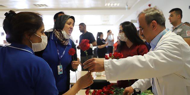 Hastanede Bilgi İşlemcilere Çiçek