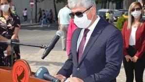Vali, Anıt Şeref Defterini İmzaladı