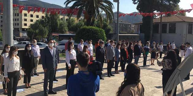 CHP'liler Anıt'a  çelenk sundu
