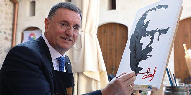 Savaş, Atatürk Portresi yaptı
