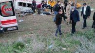 Sağlık personelini taşıyan minibüs devrildi: