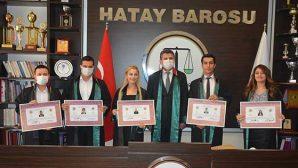 5 avukat cübbe giydi