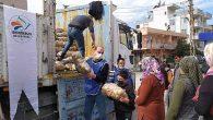 İskenderun belediyesi vatandaşa patates dağıtıyor