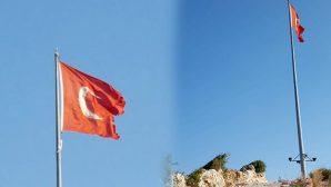Tepedeki Bayrak Yıpranmış