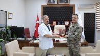 Tugay Komutanından Başhekim Dr. Bayrakçıoğlu'na Plaket