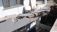 Motosikletten kaçan otomobil evin avlusuna devrildi