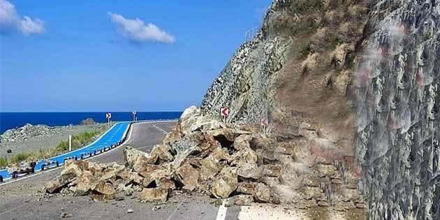 Dağdan kayalar düştü