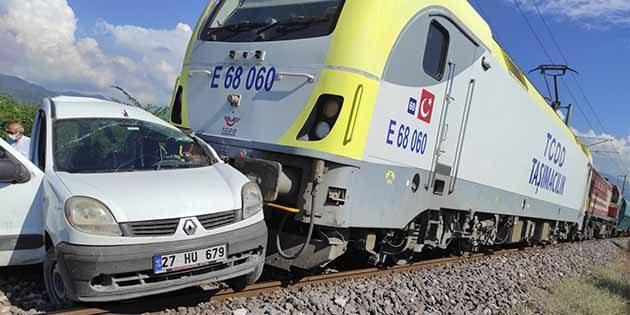 Otomobil, tren altında kaldı!